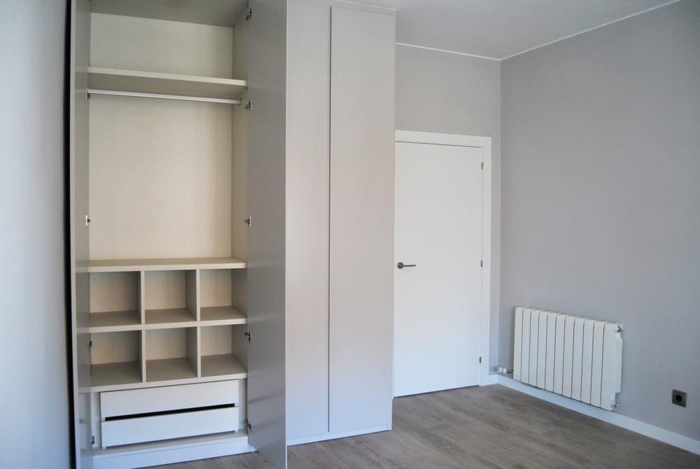 hab gris armario abierto 2