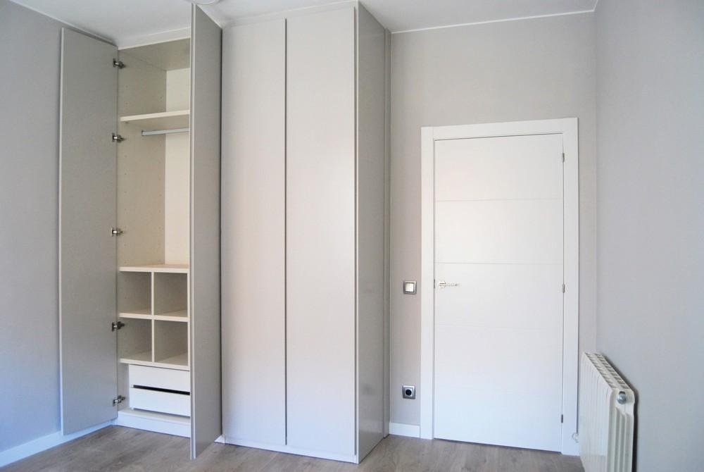 hab gris armario abierto