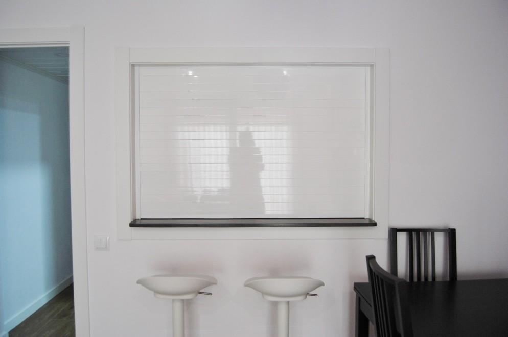 Persiana blanca de aluminio
